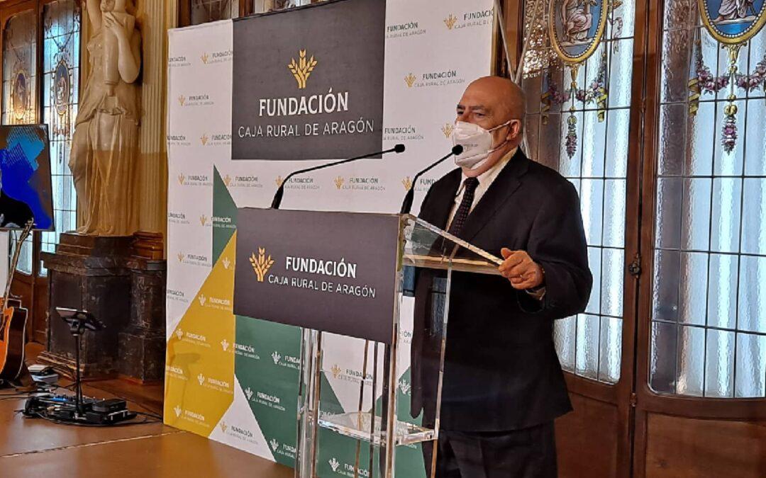 Angel Guinda recibió el homenaje de la Asociación de Escritores en Caja Rural de Aragón